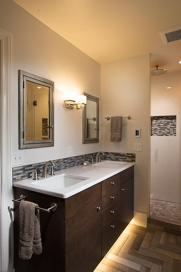 Floating bathroom vanity with illumination
